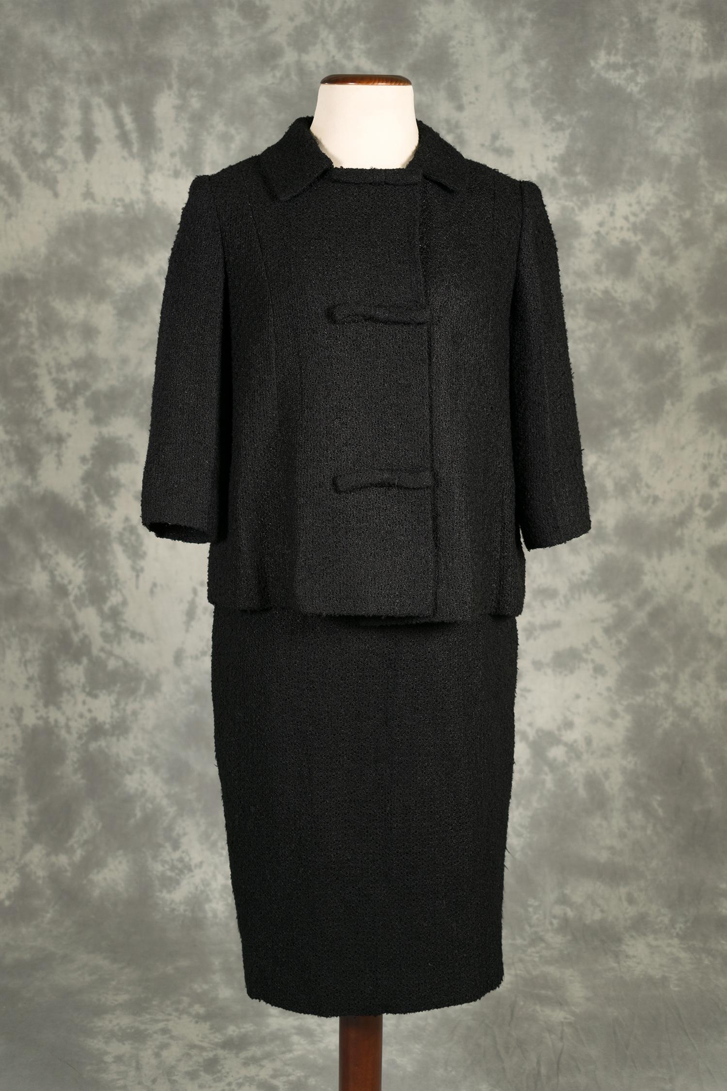 a03be8292d Vestido negro con chaqueta con manga tres cuartos y falda de tubo ...